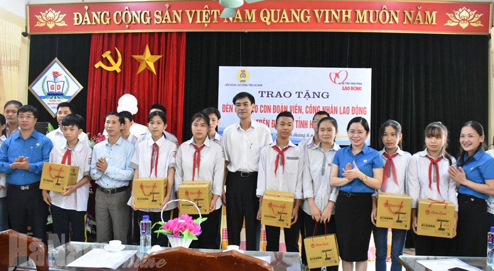 Trao tặng đèn học cho con CNVCLĐ có hoàn cảnh khó khăn tại Bình Lục