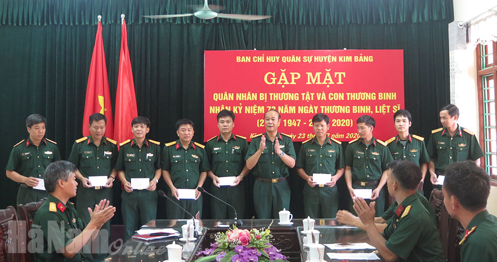 Ban CHQS huyện Kim Bảng gặp mặt quân nhân là con thương binh