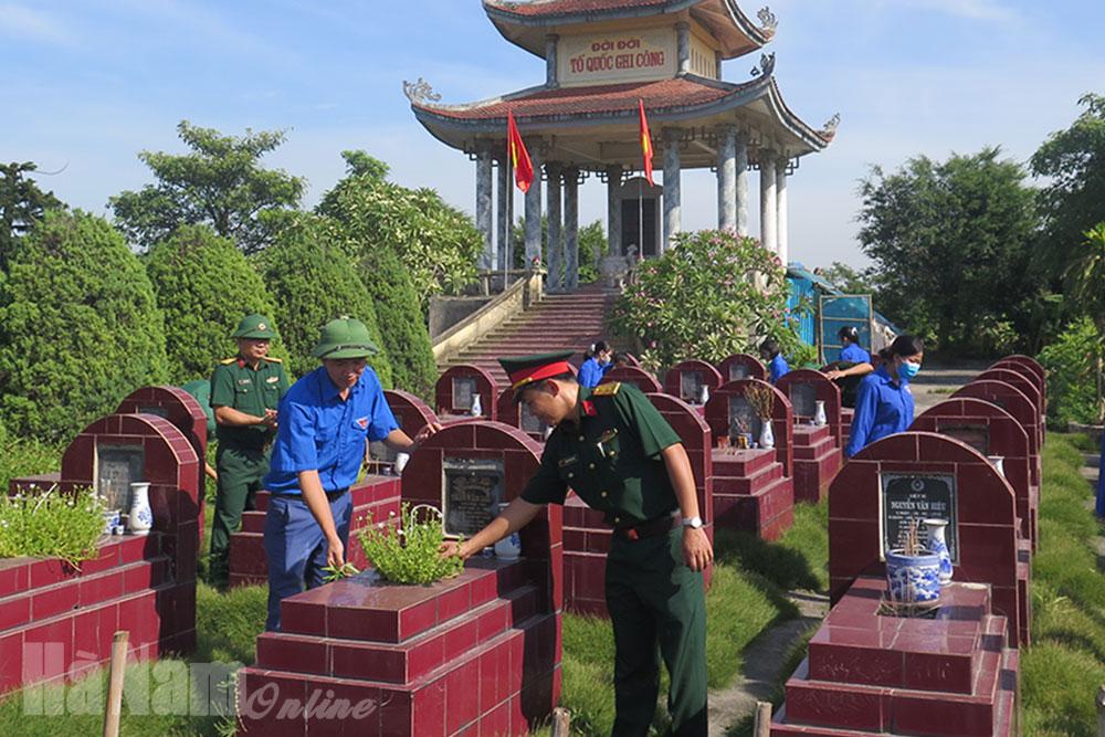 Ban CHQS huyện Kim Bảng phối hợp chăm sóc nghĩa trang liệt sĩ