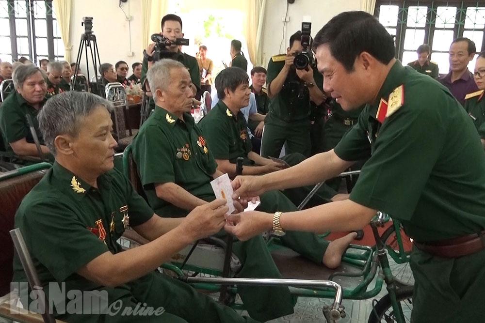 Bộ Quốc phòng Bộ tư lệnh Quân Khu 3 tặng quà Trung tâm Điều dưỡng thương binh Yên Nam và gia đình chính sách