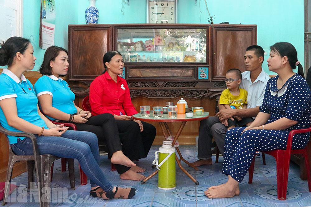 CLB Thiện nguyện Thanh Tâm trao tiền cho đối tượng mắc bệnh hiểm nghèo