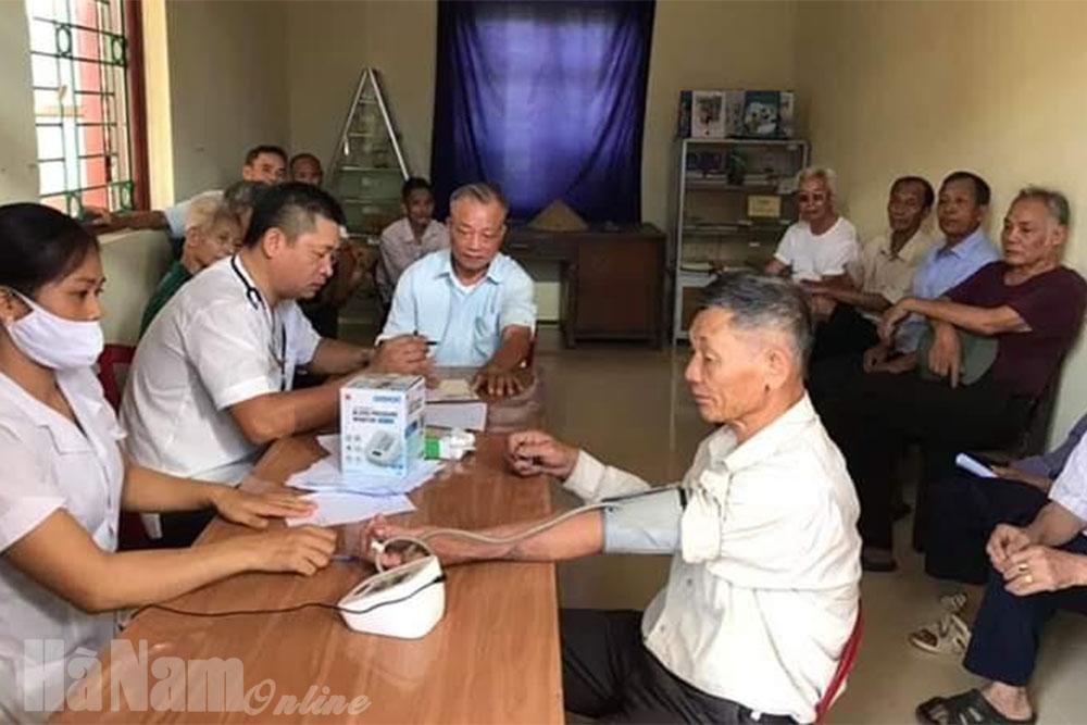 Huyện đoàn Bình Lục dâng hương thắp nến tri ân các anh hùng liệt sĩ