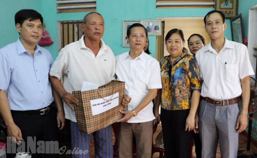 Lãnh đạo Tòa án nhân dân tỉnh thăm tặng quà gia đình thương binh