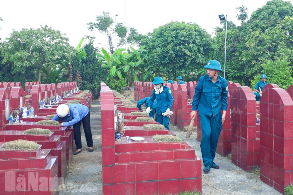 LLVT thành phố Phủ Lý phối hợp chăm sóc nghĩa trang liệt sĩ