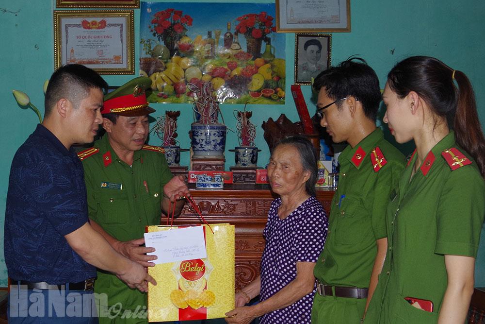 Phòng Cảnh sát Phòng cháy chữa cháy và Cứu nạn cứu hộ phối hợp thăm tặng quà cho các thương binh liệt sỹ trên địa bàn huyện Thanh Liêm