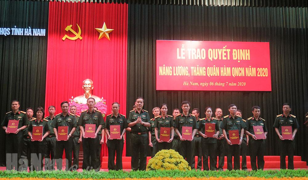 Trao quyết định nâng lương thăng quân hàm cho 114 quân nhân chuyên nghiệp