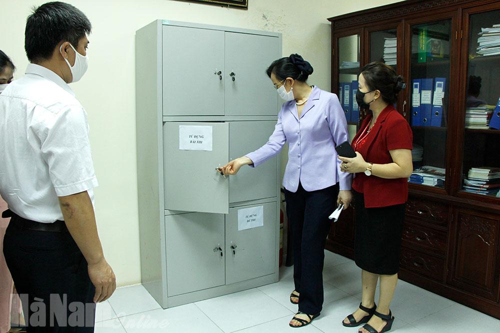 Đồng chí Bí thư Tỉnh ủy Lê Thị Thủy kiểm tra công tác chuẩn bị thi tốt nghiệp THPT
