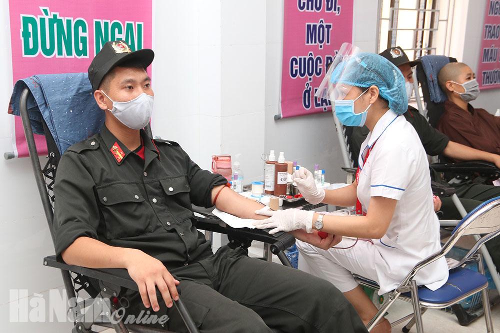 Trên 400 tình nguyện viên tham gia hiến máu tình nguyện