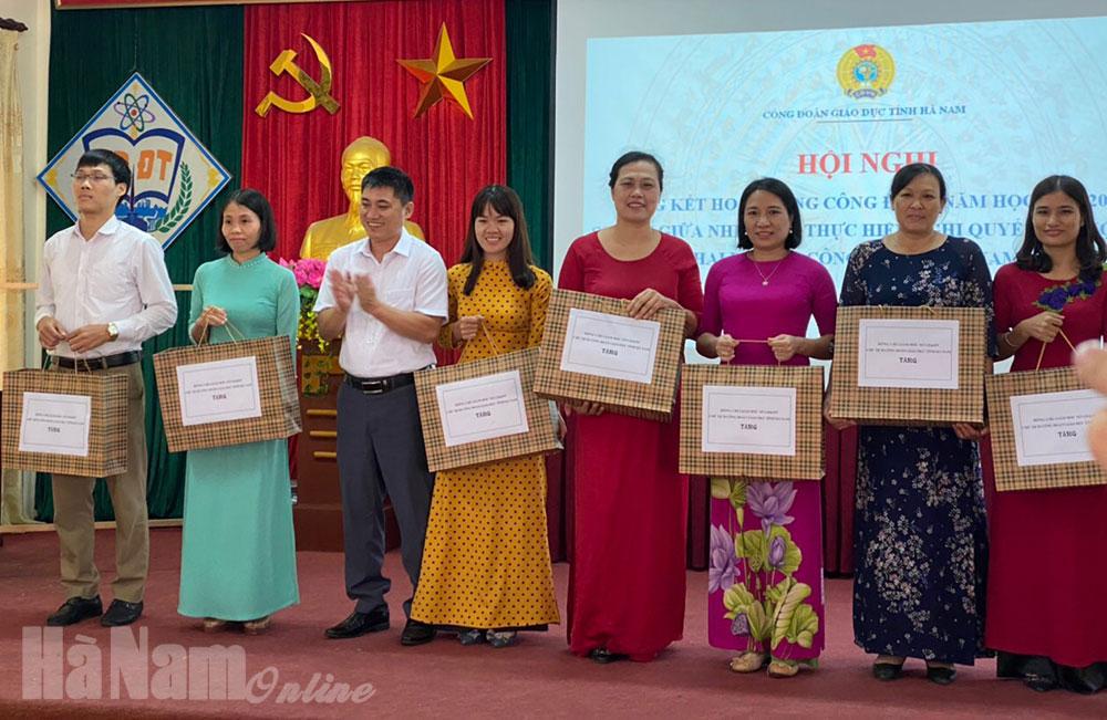 11 tập thể cá nhân xuất sắc được khen thưởng trong hoạt động công đoàn giáo dục