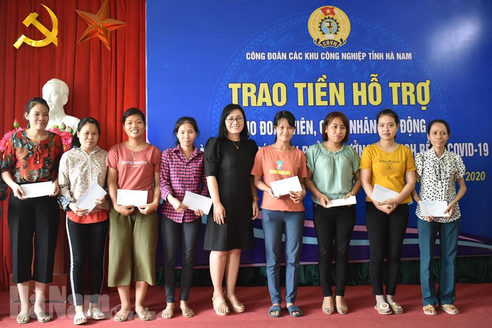 Công đoàn các KCN tỉnh tặng quà cho CNLĐ có hoàn cảnh khó khăn