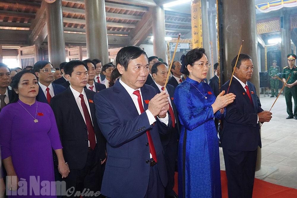 Dâng hương tưởng niệm Anh linh Chủ tịch Hồ Chí Minh và các Anh hùng liệt sỹ nhân dịp Đại hội Đại biểu Đảng bộ tỉnh Hà Nam lần thứ XX