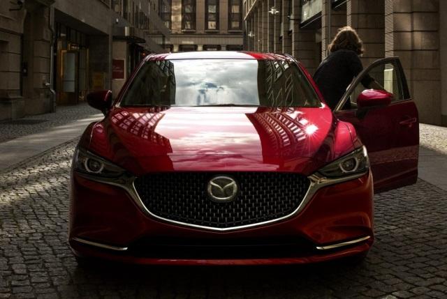 Khách hàng nhận nhiều ưu đãi khi mua New Mazda6
