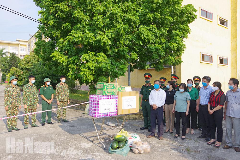 Lãnh đạo huyện Kim Bảng tặng quà cho lực lượng phục vụ và công dân cách ly tại trường cao đẳng y tế tỉnh Hà Nam