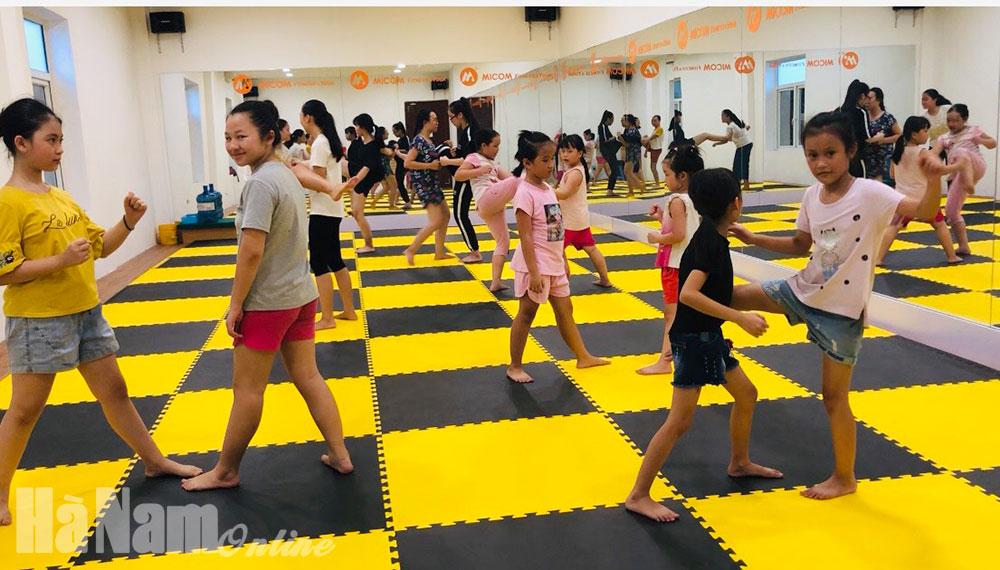 Lớp học tự vệ nữ  Giúp trẻ em gái bảo vệ mình