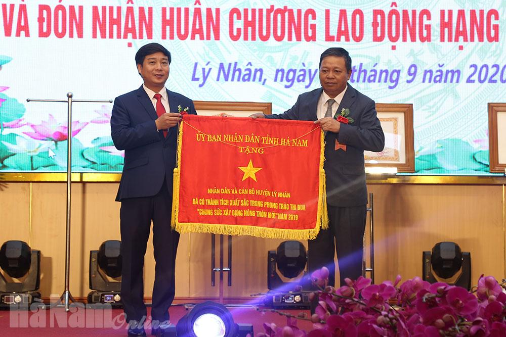 Lý Nhân đón nhận Bằng công nhận đạt chuẩn NTM và Huân chương lao động hạng Nhất hạng Ba