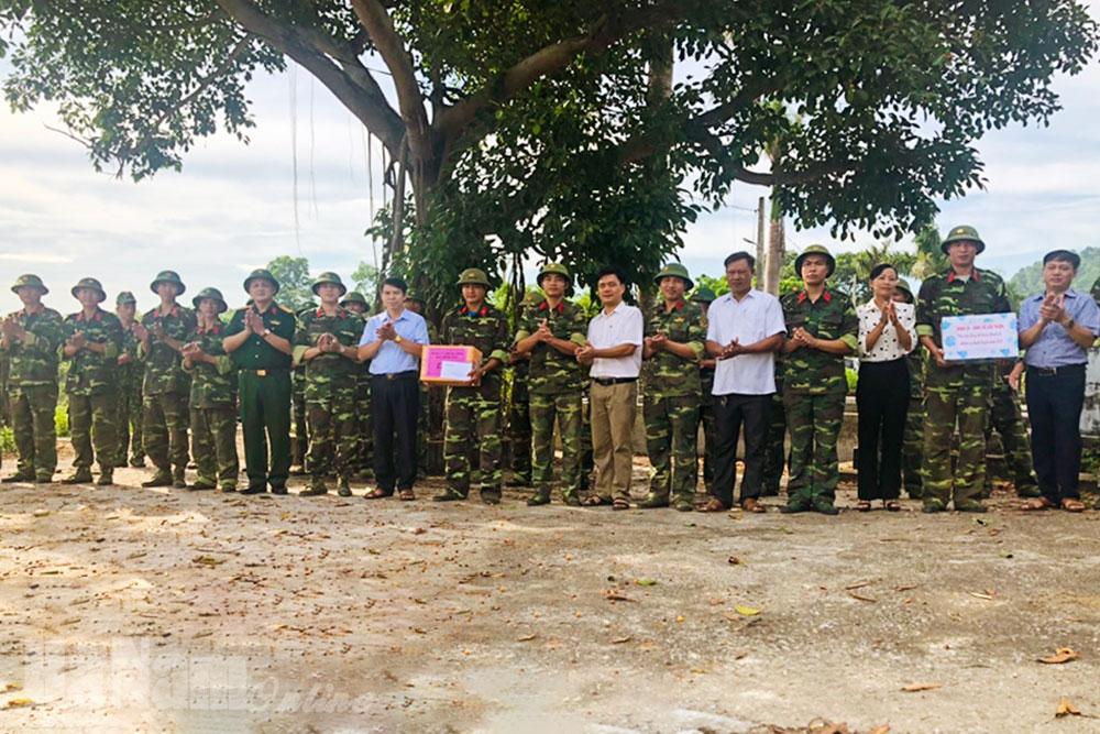 Thăm tặng quà động viên quân nhân dự bị