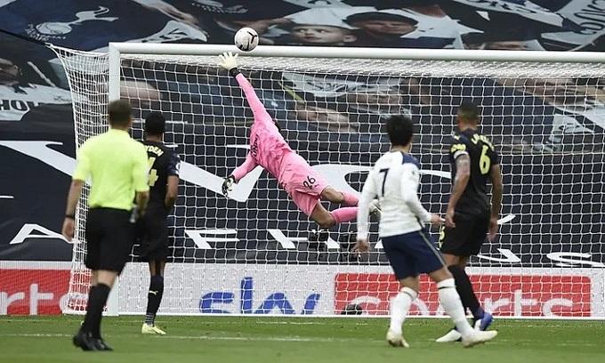 Tottenham chia điểm phút chót vì VAR