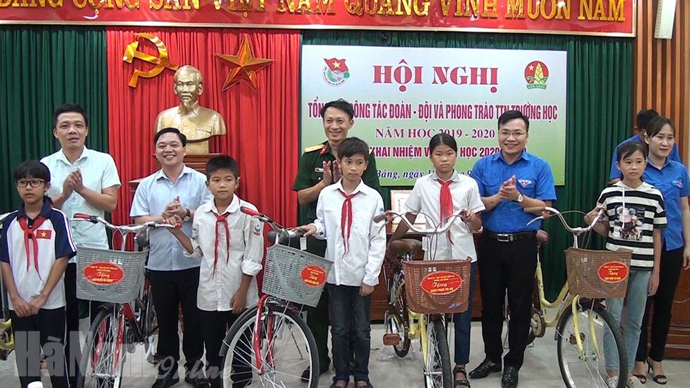 Trao tặng chiếc xe đạp cho học sinh nghèo vượt khó