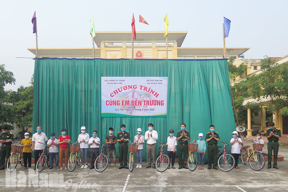 Trao tặng xe đạp học bổng cho học sinh nghèo nhân dịp năm học mới