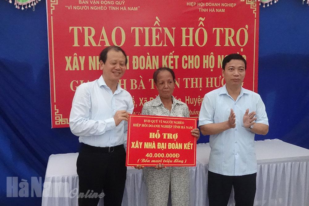 """Trao tiền hỗ trợ xây dựng """"Nhà đại đoàn kết"""" cho hộ nghèo tại Đồng Hóa"""