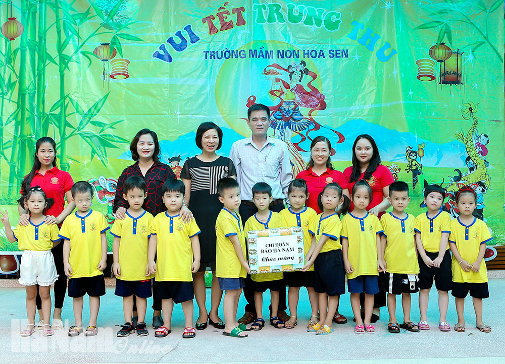 Chi đoàn Báo Hà Nam tặng quà trung thu cho các em nhỏ