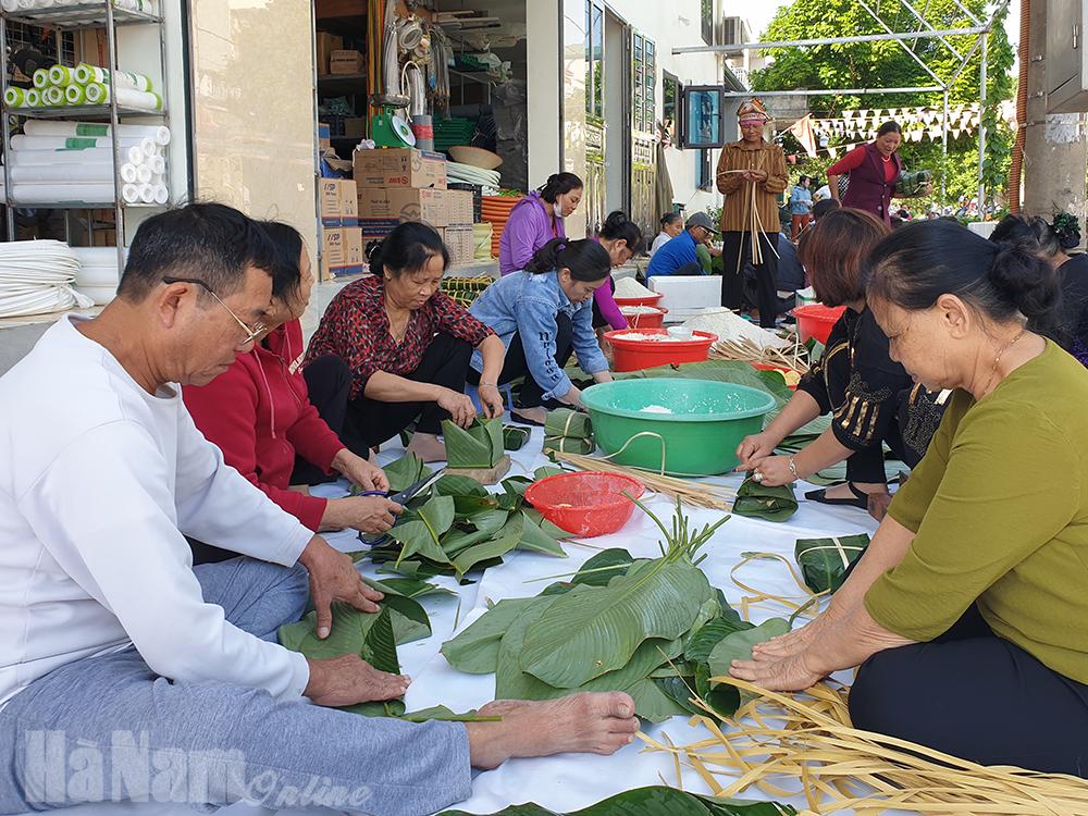 Công ty TNHH Thương Mại Thanh Tung tặng trên 1000 bánh chưng cho đồng bào miền Trung