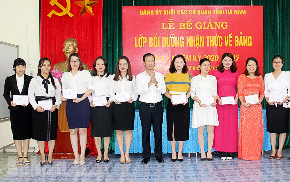 Đảng bộ Khối các cơ quan tỉnh bế giảng lớp bồi dưỡng nhận thức về Đảng