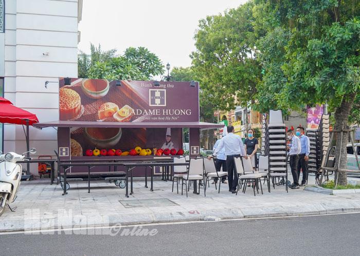 Nhiều quầy hàng bánh trung thu lấn chiếm vỉa hè ở thành phố Phủ Lý