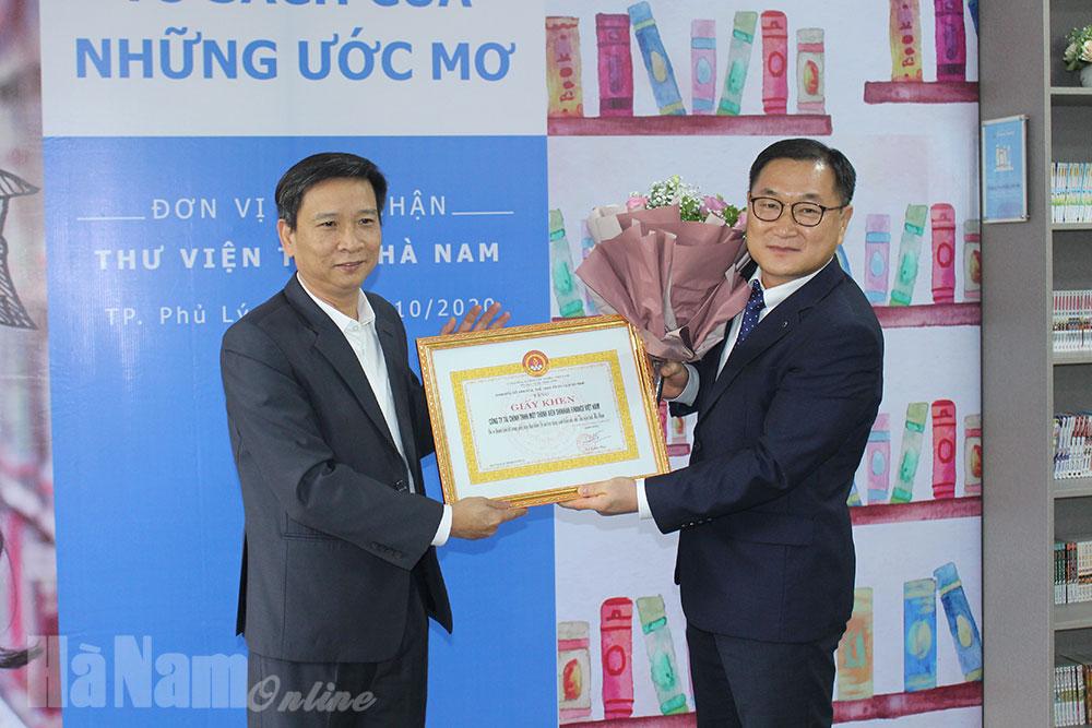 """Shinhan Finance trao tặng """"Tủ sách của những ước mơ"""" cho Thư viện tỉnh"""