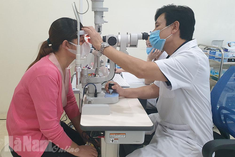 Tư vấn sức khỏe khám chữa bệnh cho nữ CNVCLĐ huyện Kim Bảng