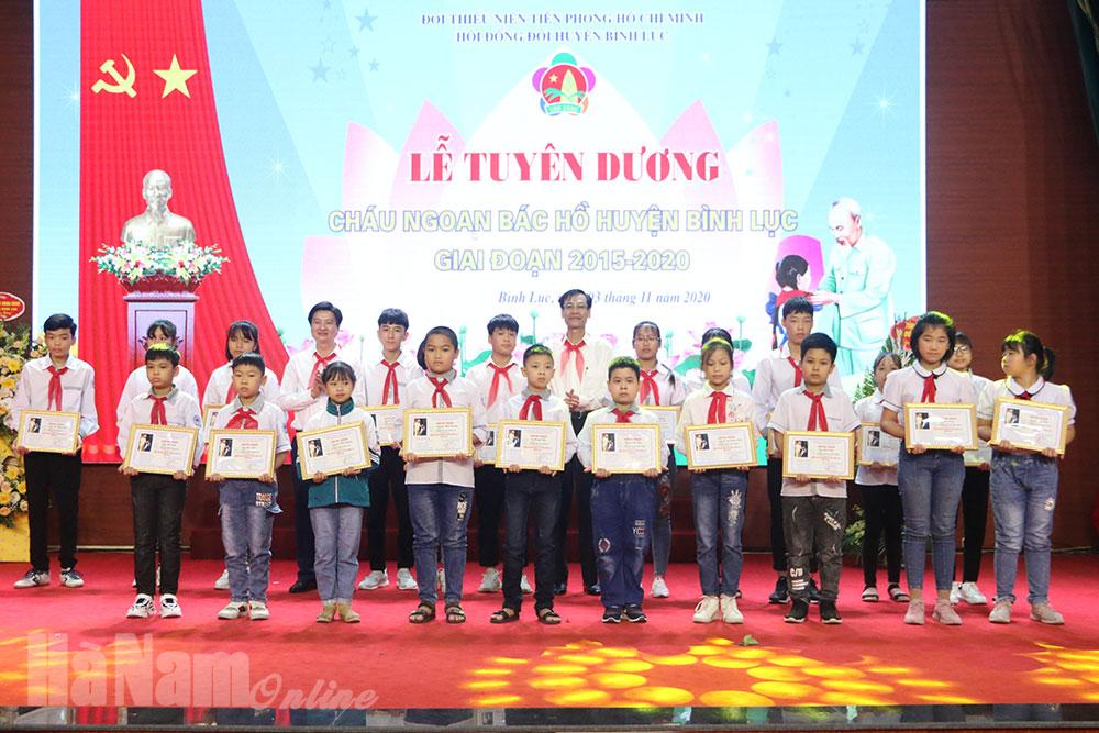 """Bình Lục tuyên dương 105 học sinh đạt danh hiệu """"Cháu ngoan Bác Hồ"""""""